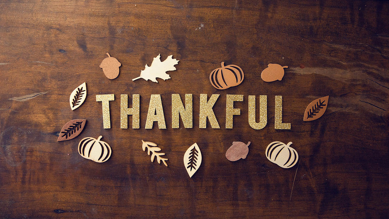 family thanksgiving photoshoot ideas, be thankful typography, thanksgiving, autumn décor, thanksgiving decor